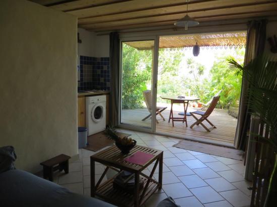 vue sur cuisine et terrasse